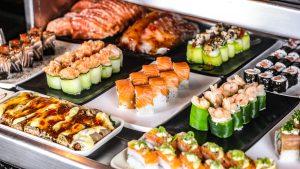 Sushis dispostos em um buffet
